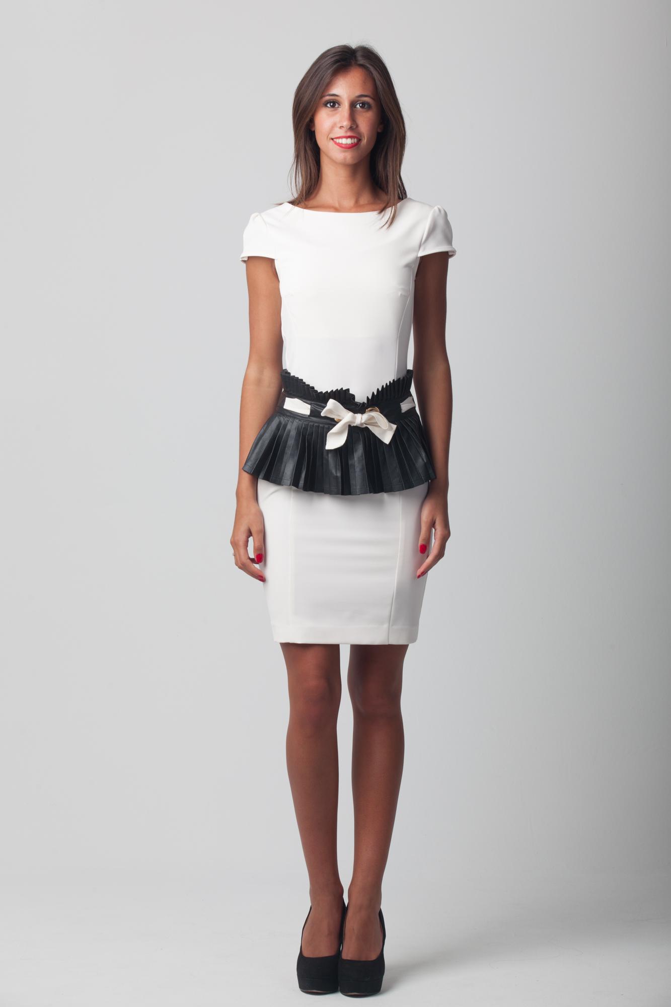 75e44d034725 Vestido corto blanco entallado con cinturón ancho plisado de Eureka